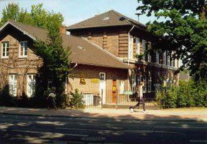 Die alte Steinschule (erbaut 1875) (Foto: Jürgen Zimmern 1988)